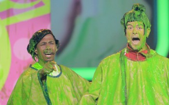 Nick Canon and host Josh Duhaml get the final slime of th evening